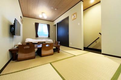 2階には約9.7帖の和室があります。押入れもしっかり完備されています。