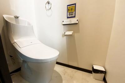 トイレは2階にあります。ウォシュレット機能付きでいつでも清潔に保てます。