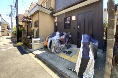 家の前には自転車やバイクをとめるスペースがあります。