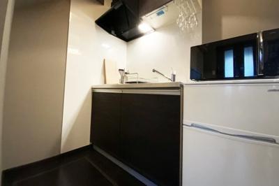 キッチンにある冷蔵庫やレンジなどの什器付きです。