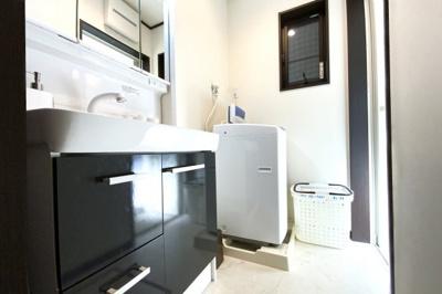 洗面台はシャワーの出来る三面鏡タイプ。洗濯機も置けます。