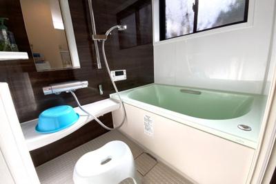 《浴室暖房乾燥機付き》で浴室で洗濯物が乾かせます。追い炊き機能付きでいつでも温かいお風呂に入れます。