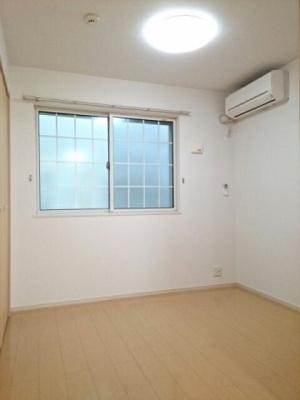 エアコン付きの洋室です