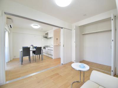 リビング横の約6帖の洋室。光をうまく取り入れた居室は、ワンランク上の自分時間を充実させる空間に。