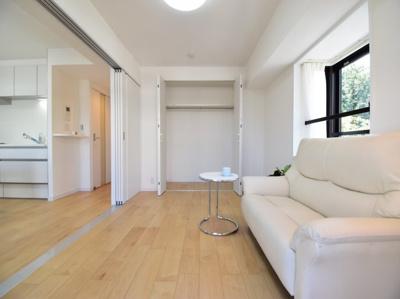 2面採光で快適な光が入り、心地よい風を通します。これからの新生活に家具の配置は自由自在。