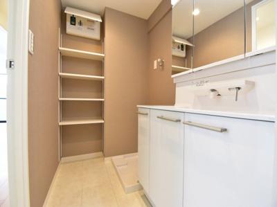 大人2人が入っても余裕あるスペースを確保。リネン庫を造作して使い勝手の良い洗面回りになっております。
