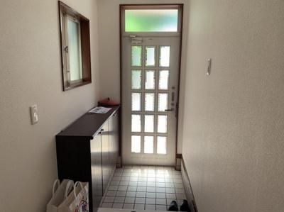 明るい玄関です。シューズボックス付きです。