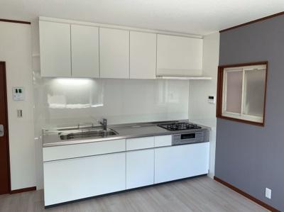 清潔感のある白色のシステムキッチンです。