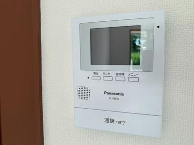 見やすい画面のついたインターフォンです。防犯面も嬉しい設備です。