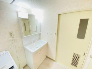 習志野七ツ台住宅 シャワー付き三面鏡の洗面台です!別途リネン庫もあり、収納豊富です!