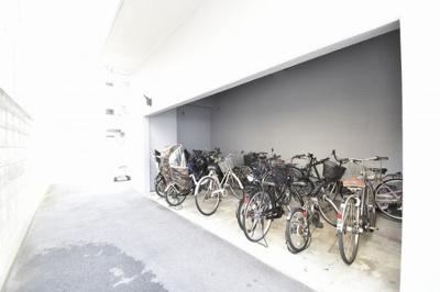 駐輪場です。 屋根があるので雨が降っても安心です。