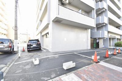 平置き駐車場です。 お車をお持ちの方でも安心です。
