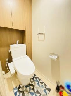 オハナ船橋習志野台 お掃除道具もしまえる収納付きの温水洗浄便座です。