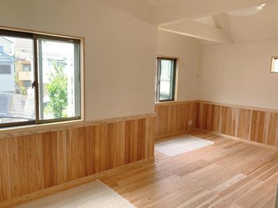 木の温かみがある洋室です。
