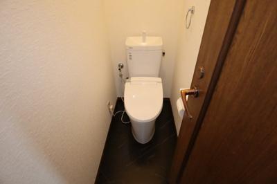 トイレは1階と2階に1箇所ずつございます!