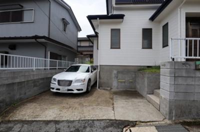 駐車場は普通車1台と軽自動車1台が駐車できそうです!