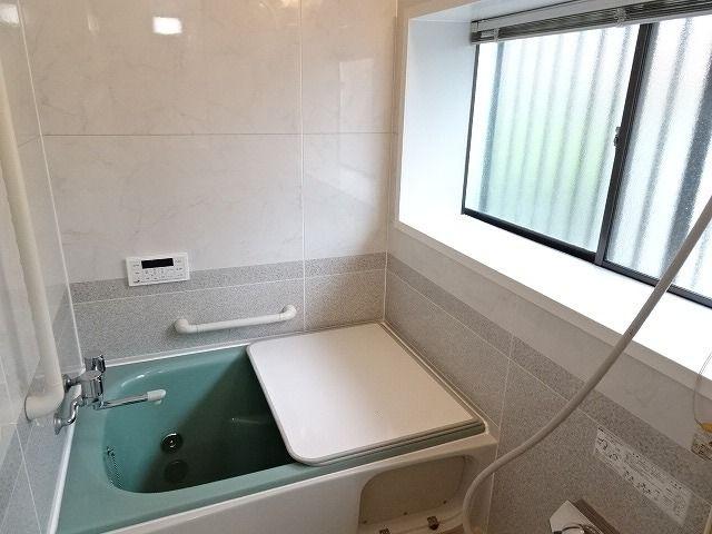 戸建てならではの大きな窓付のバスルーム。 追い炊き機能付きの浴室は既存品ですが、十分つかえます。リフォームのご相談もココハウスまでお気軽にどうぞ!