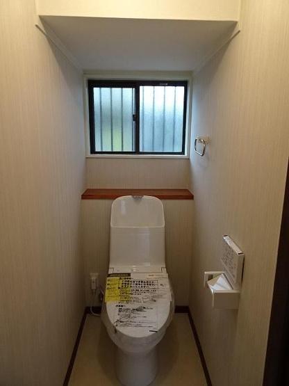 いつも綺麗に清潔に!ウォッシュレット付きトイレです♪もちろん窓も付いてるので空気の入れ替えも楽にできます。