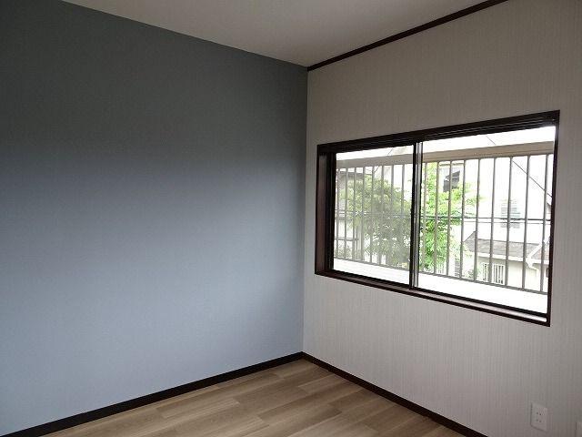 洋室は壁を一部ダークな色味の壁紙にして、大人っぽい落ち着いた雰囲気になりました