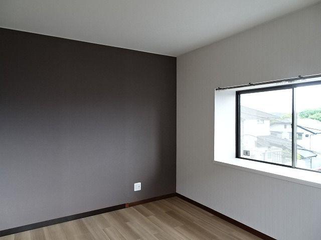 各居室とも2面窓から室内に多く光を取り入れております♪景色も広く見えるので開放感があります。
