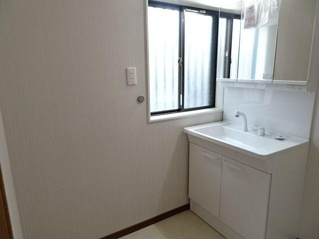 三面鏡裏収納付で、散らかりがちな洗面回りもすっきりと片付きます。 脱衣所は窓があり換気もばっちりで湿気をこもらせず、結露やカビの発生を防ぎます
