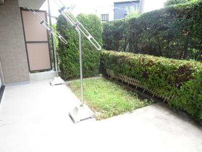 中庭には、緑豊かなスペースが広がります。