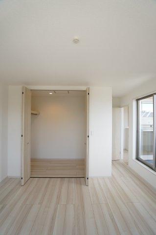 【同仕様施工例】2階8.75帖 バルコニーがあるお部屋です。大きな窓から明るい光が差し込みます。