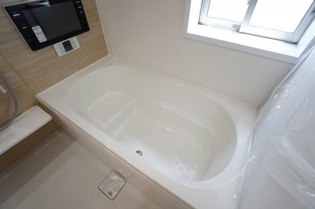 【同仕様施工例】浴槽の内部に段(ステップ)があり、足を伸ばせる広さです。
