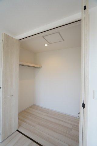 【同仕様施工例】2階8.75帖 WIC 棚もありますのでバックや小物の収納もできます。