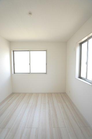 【同仕様施工例】2階5.25帖 窓が2面あるので採光・通風のよいお部屋です。