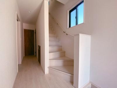 暮らしやすさと安全の為に階段には手すりを採用しています。明るく風通りも良いです