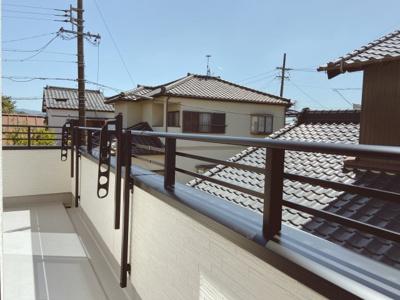 閑静な住宅街が見渡せ、陽当たりも良好!洗濯物もたくさん干せるワイドバルコニー!