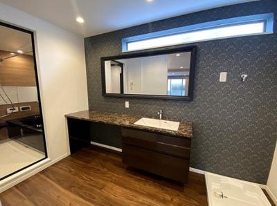 アクセントクロスを使用した素敵な洗面室です!洗面化粧台にお化粧をするスペースも設けております♪