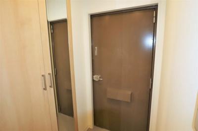 大きなシューズボックスと便利な姿見鏡の有る玄関♪