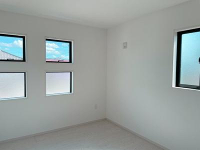 南に面した洋室は採光・通風に優れた心地よい空間です