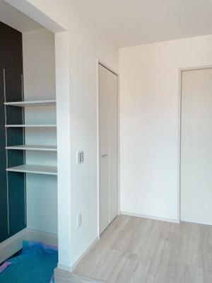 可動棚で調整可、ロングブーツやトレッキング靴もすっぽり収まる玄関収納