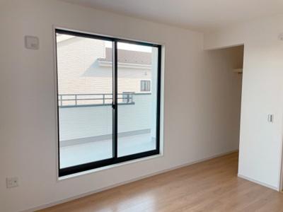 収納も充実!明るい居室。どんなお部屋にするかとっても楽しみですね
