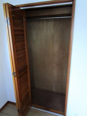 2階洋室5.8帖収納スペースがあります