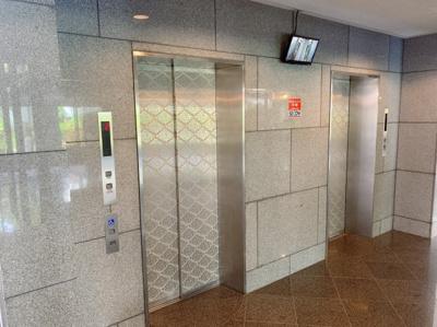 エレベーターです。内部が見えるモニターも付いています。