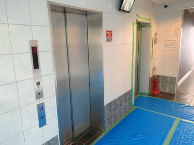 エレベーターです。2基づつ設置されています。