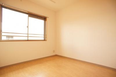 大型収納付きの洋室