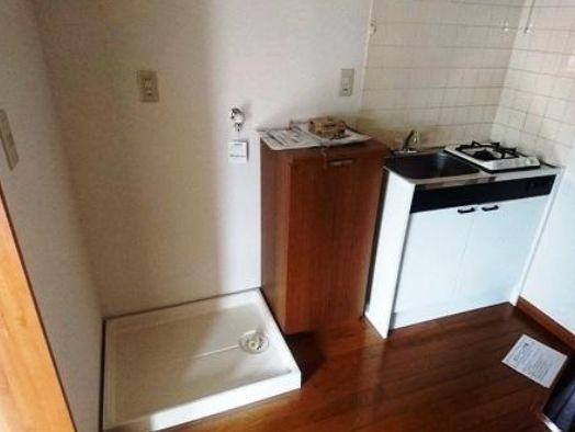 キッチンの隣に洗濯機置場がございます