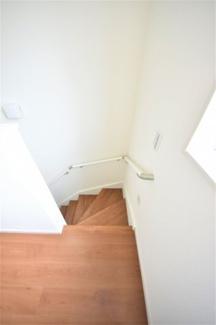 階段からも明るい光が入ります。