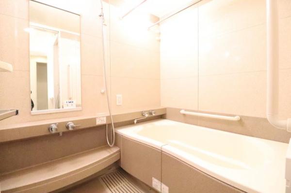 【浴室】心身の疲れを癒すリラクゼーションを満喫できる浴室。優雅な雰囲気に包まれて入浴でき、すべてを忘れてヒーリングタイムに浸れます。