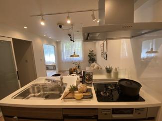 2021年8月19日撮影 対面キッチンでご家族と話をしながら楽しくお料理できます♪