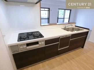 新調されたシステムキッチンです。 食洗機付きなので家事の負担も軽減されそうですね。