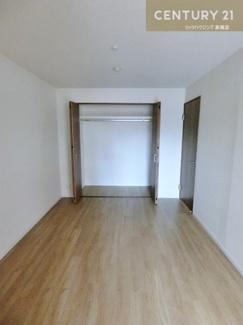 リビング横の約6帖の洋室です。