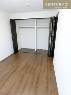 広々クローゼットの付いた約6帖のお部屋です。