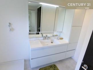 シャワー付きの三面鏡洗面化粧台は広々と使えます。 収納も多いので見た目もスッキリ保てますね。 明かりもLEDで省エネ。