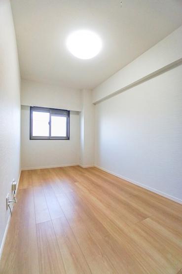 明るい洋室にはクローゼットもあるので収納にも困りません! 荷物が多いい方にも安心です。